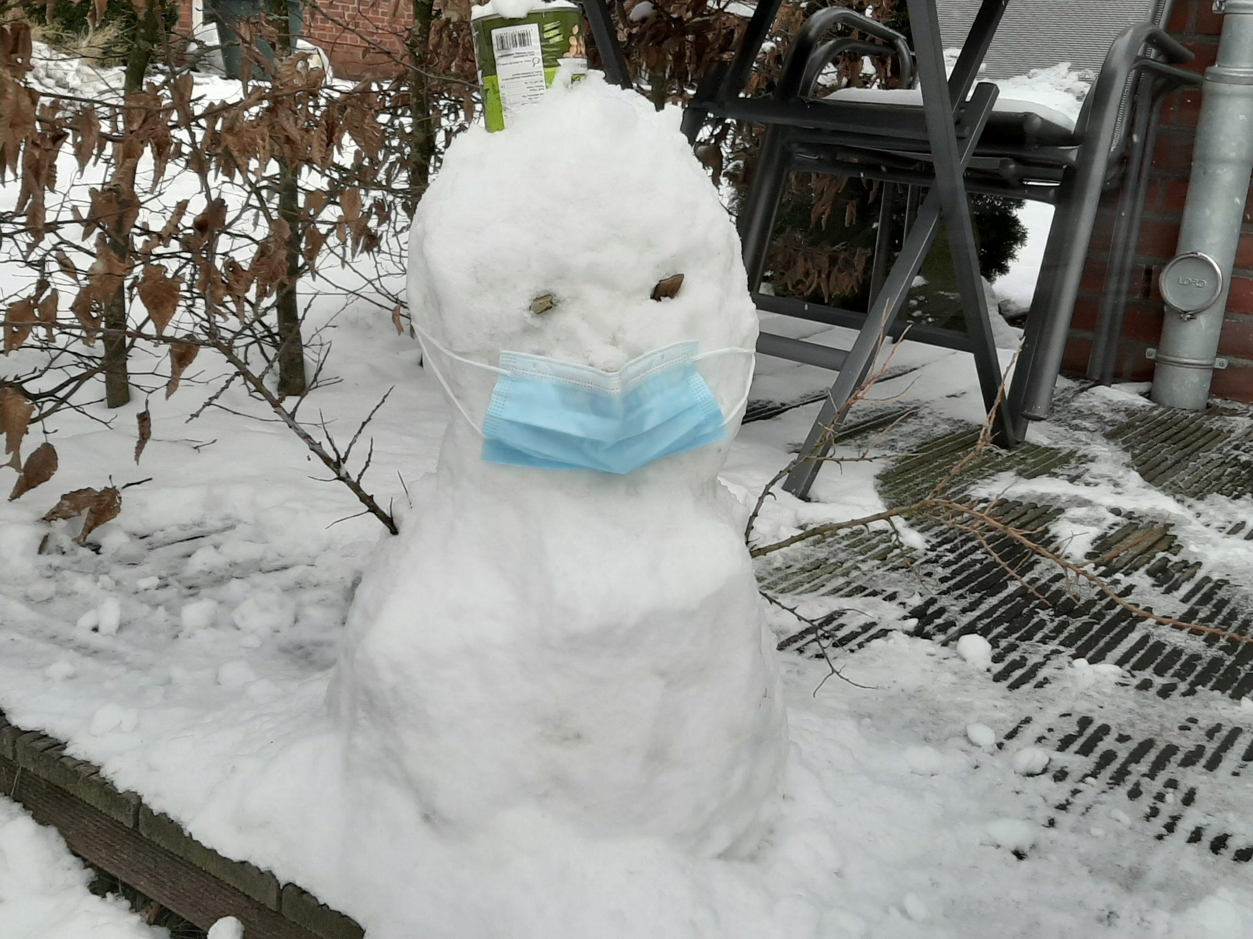 Schneemann mit Maske bei Gaga